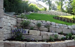 Gartengestaltung mit Naturstein Trockenmauer