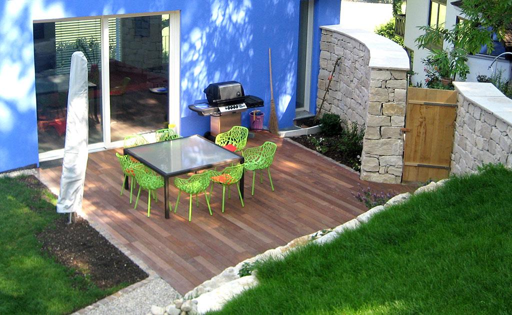 Gartengestaltung Holzterrasse und Natursteinmauer